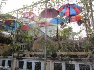 bunte Regenschirme auf dem Dach