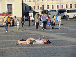 Sonnenanbeter auf dem Schlossplatz