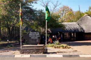Beflaggter Eingang zum Victoria Falls Rainforest