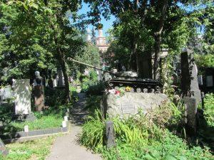 Grabstein mit Panzer auf dem Neuen Friedhof