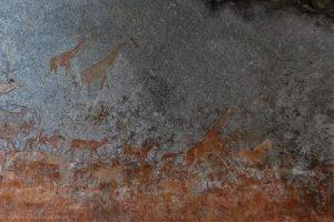 Die ganze Wand ist mit Malereien bedeckt in Nswatugi Cave
