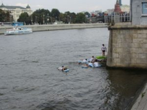 Schwimmer in der Moskva