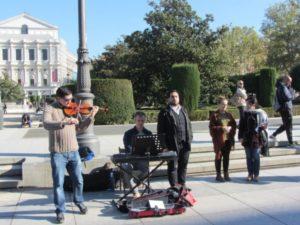 Opernsänger vor dem königlichen Theater