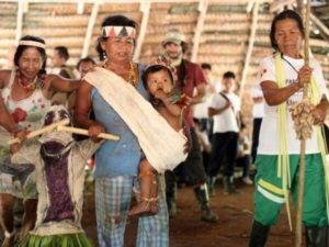 Besuch beim Indianerstamm am Amazonas