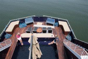 Pool an Bord des Hausbootes Umbozha