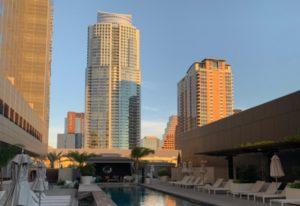 Pool mit Skylineblick w Hotel