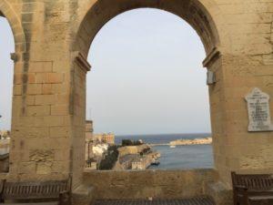 Torbogen in Valetta mit Meerblick Malta